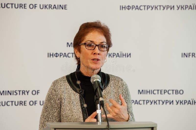 Ministern av infrastruktur av Ukraina och USA-ambassadören i Ukraina undertecknade en anteckning royaltyfri foto