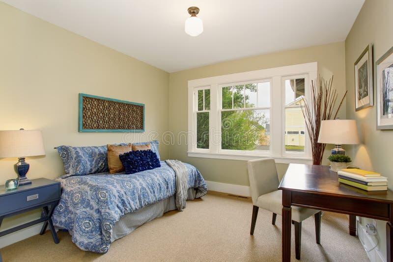 Ministero degli Interni accogliente o stanza di ricerca con il letto blu immagine stock