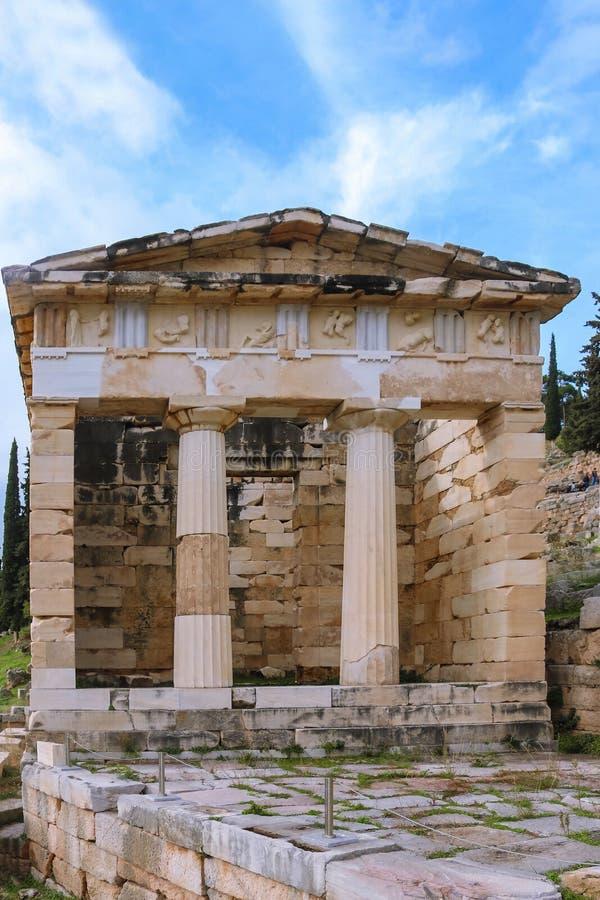 Ministero del Tesoro ateniese ricostruito a Delfi in primo luogo costruita dalle ateniese per alloggiare le dediche e le offerti  immagini stock libere da diritti
