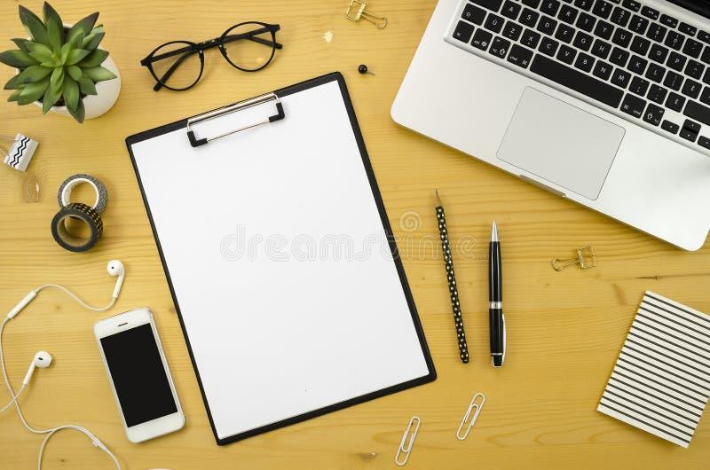 Ministerstwa Spraw Wewnętrznych biurka workspace z z srebnymi notatnika, smartphone i biura akcesoriami na drewnianym biurka tle, obrazy stock