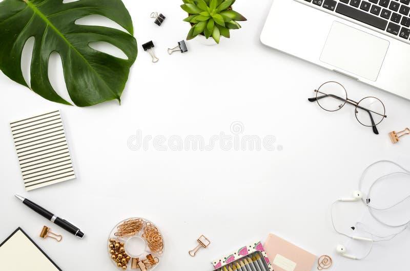 Ministerstwa Spraw Wewnętrznych workspace mieszkania nieatutowa rama z laptopem, palmowym liściem i akcesoriami, Odgórny widok obrazy royalty free