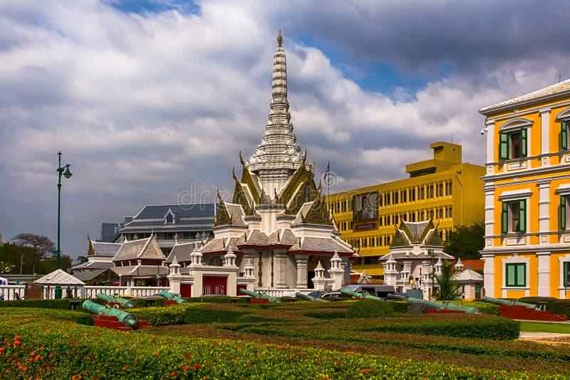 Ministerstwo Obrony Hall Buddyjska stupa blisko oficjalnego budynku obraz stock
