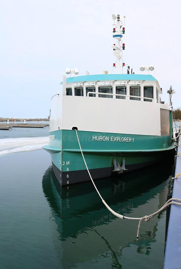 Ministerstwo Ontario rybołówstwa Badawczy naczynie dokował w wczesnej wiośnie zdjęcie stock