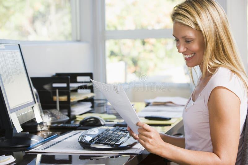 ministerstwo spraw wewnętrznych komputerowa papierkowej roboty kobieta obrazy royalty free