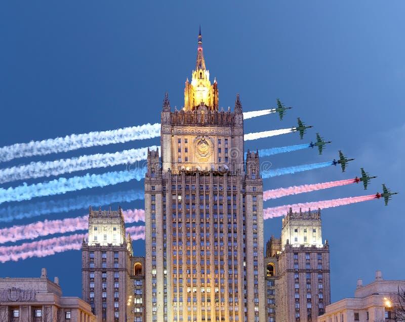 Ministerstwo Spraw Zagranicznych federaci rosyjskiej i rosjanina samoloty wojskowi lata w formaci, Moskwa, Rosja zdjęcia stock