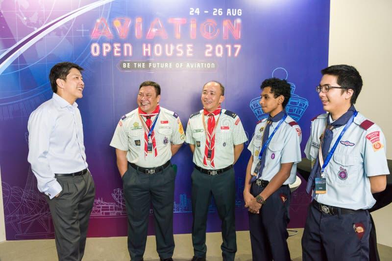 Ministre Ng Chee Meng com os representantes na casa aberta da aviação fotos de stock royalty free