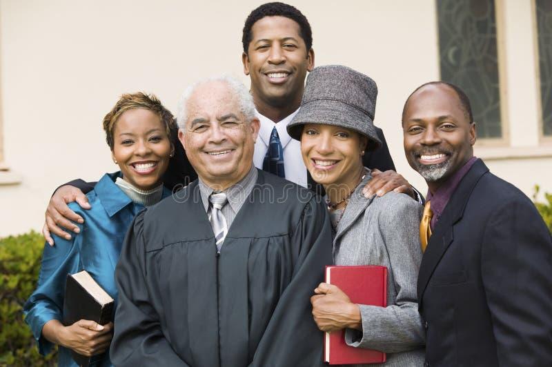 Ministro com a família no retrato do jardim da igreja fotografia de stock royalty free