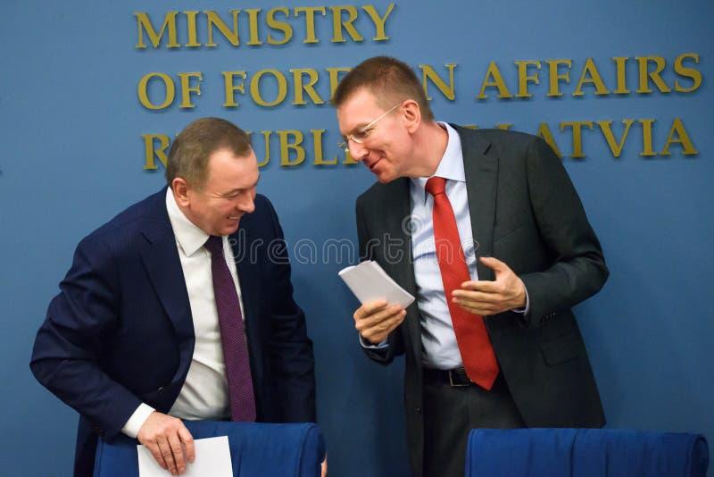 Ministro de asuntos exteriores de Bielorrusia, de Vladimir Makei y de Edgars Rinkevics, ministro de asuntos exteriores de Letonia imagenes de archivo