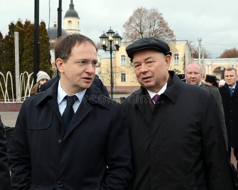 Ministro de la cría de la Federación Rusa Vladimir Medinsky y del gobernador Anatoly Artamonov de la región de Kaluga en la abert imagen de archivo libre de regalías
