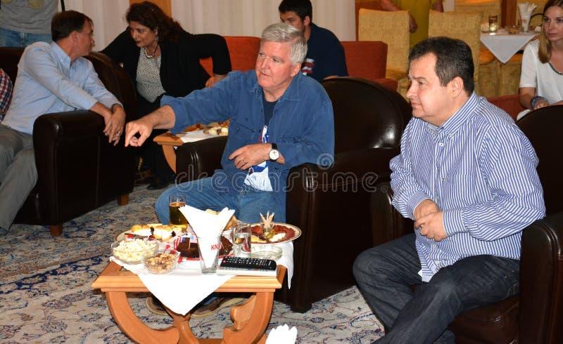 Ministro de los asuntos exteriores de la república de Serbia, de Ivica Dacic y del embajador de los Estados Unidos de América en  fotos de archivo libres de regalías