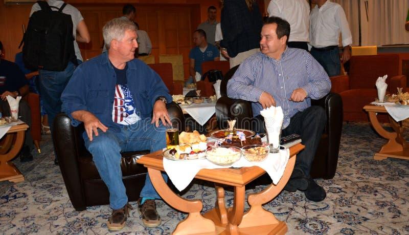 Ministro de Negócios Estrangeiros da república da Sérvia, do Ivica Dacic e do embaixador do Estados Unidos da América na Sérvia K fotografia de stock