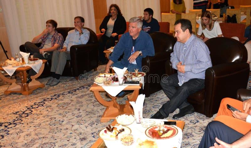 Ministro de Negócios Estrangeiros da república da Sérvia, do Ivica Dacic e do embaixador do Estados Unidos da América na Sérvia K fotos de stock