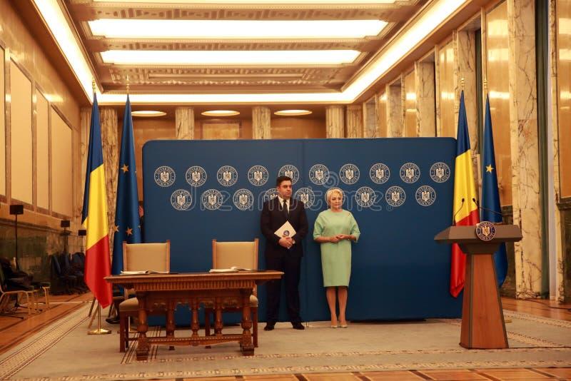 Ministro del transporte rumano, Razvan Cuc y P.M. Viorica Dancila imagenes de archivo