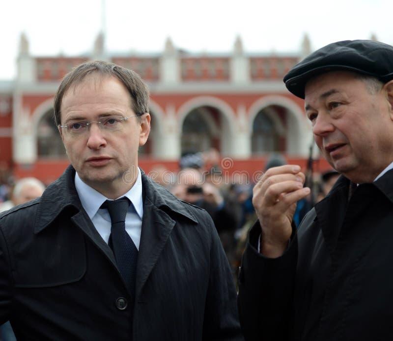 Ministro della cultura della Federazione Russa Vladimir Medinsky e del governatore Anatoly Artamonov di regione di Kaluga all'ape fotografie stock