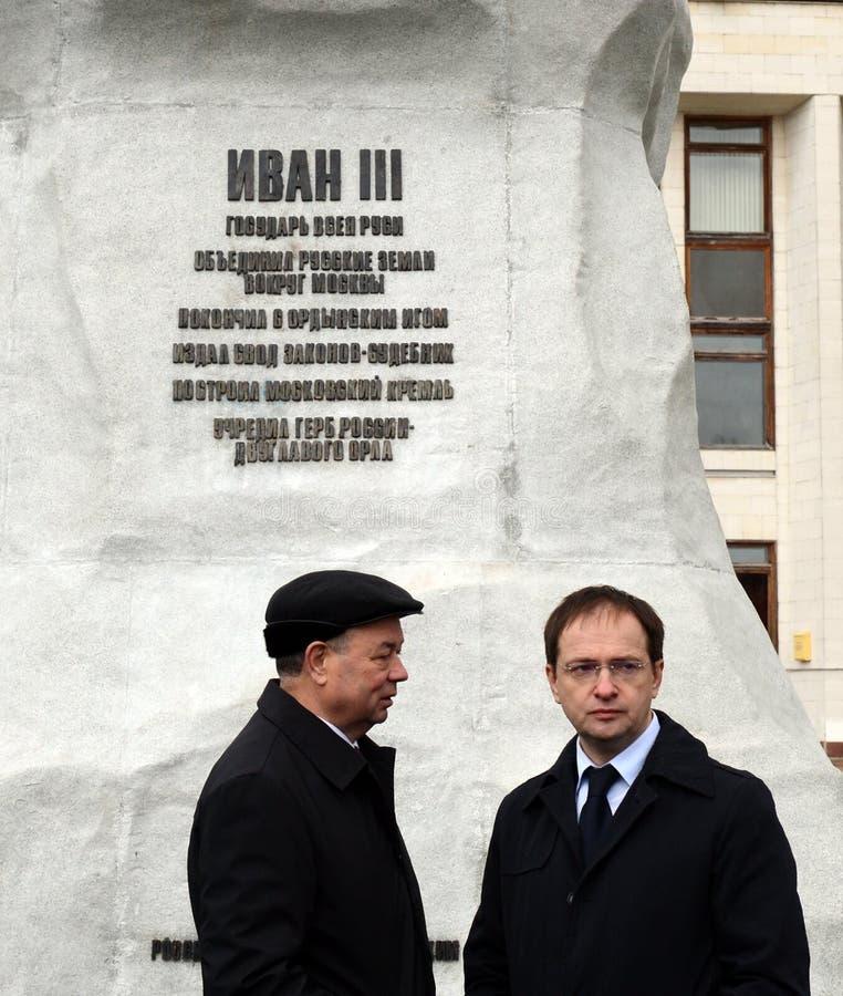 Ministro della cultura della Federazione Russa Vladimir Medinsky e del governatore Anatoly Artamonov di regione di Kaluga all'ape fotografie stock libere da diritti