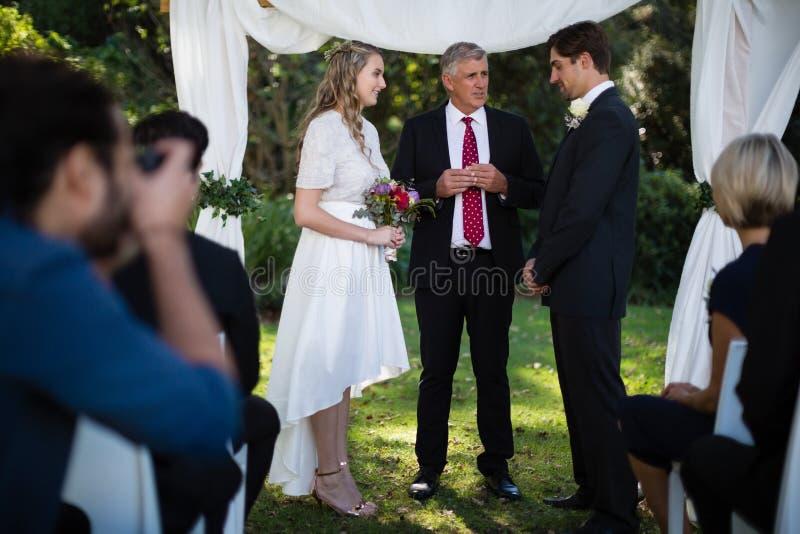 Ministro que dá o discurso aos noivos fotos de stock royalty free
