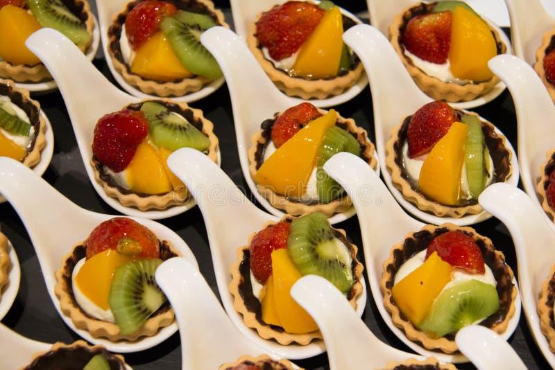 Minitartes met fruit op lijst royalty-vrije stock afbeeldingen