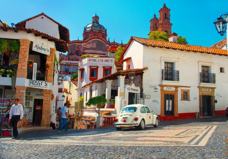 Minitaxi gegen die Kathedrale von Taxco, Mexiko stockfoto