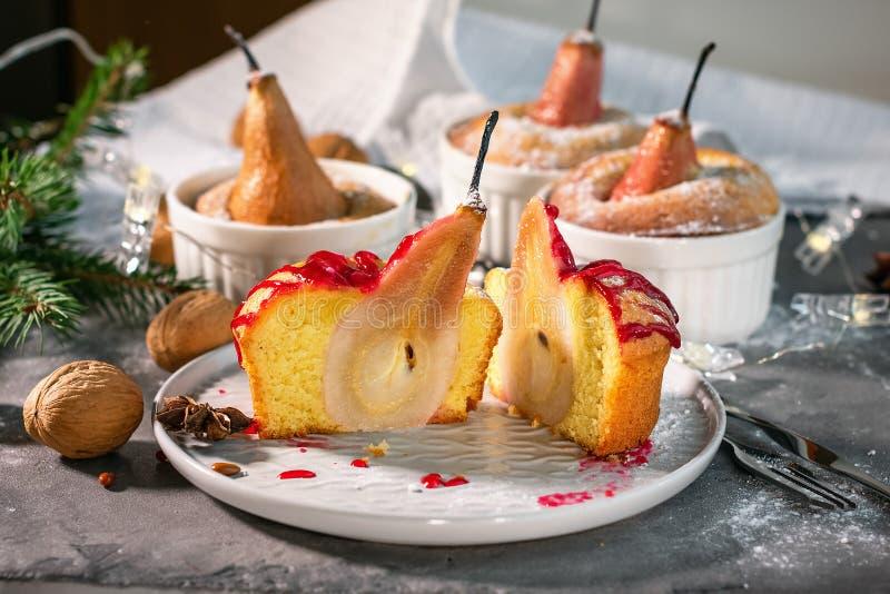 Minitorte mit gebackenem Birnen- und Fruchtsirup lizenzfreies stockfoto
