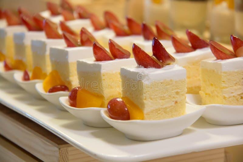 Minivanillecake met bovenste laagjefruit stock afbeeldingen