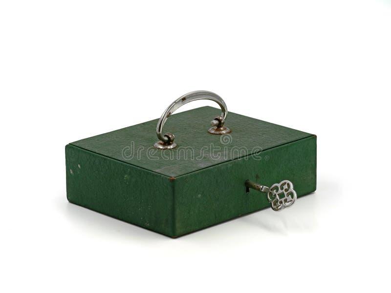 Miniverschlusskasten des grünen Eisens der Weinlese alten, Bargeldkasten mit Schlüssel lokalisiert auf weißem Hintergrund stockfotografie