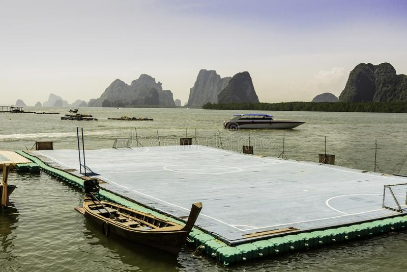 Minivoetbalgebied op het water in de baai van phangnga Thailand royalty-vrije stock foto's