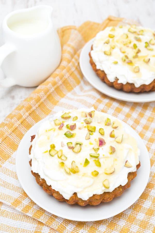 Miniwortelcakes met room van mascarpone en honing, hoogste mening royalty-vrije stock foto