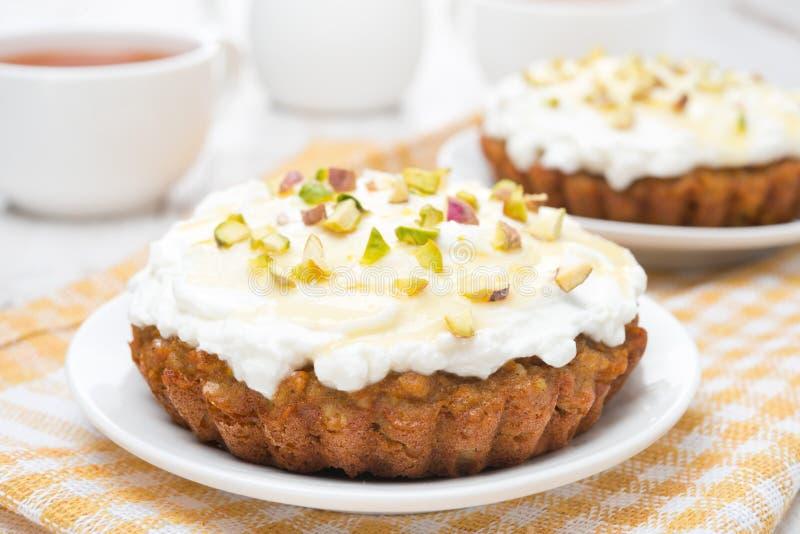 Miniwortelcakes met room van mascarpone en honingsclose-up royalty-vrije stock foto's