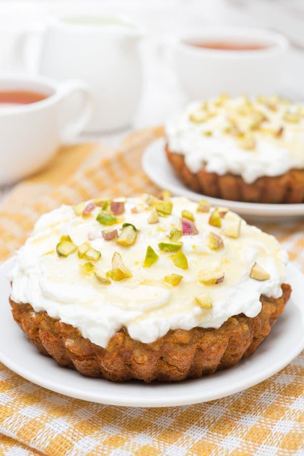 Miniwortelcakes met room van mascarpone, honing en thee stock afbeelding