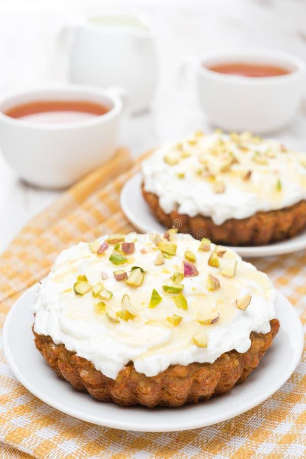 Miniwortelcakes met room van mascarpone, honing op de plaat stock afbeelding