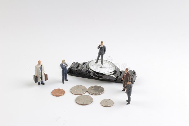 Minizahl Stapel von Münzen und von Uhr lizenzfreies stockfoto