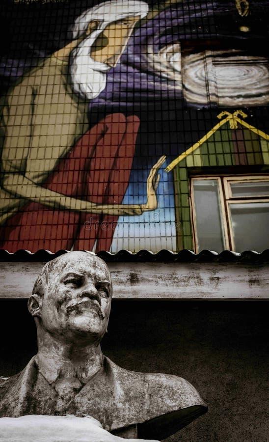 Mink_Lenin_Statue_Wall_Graffiti imagem de stock royalty free