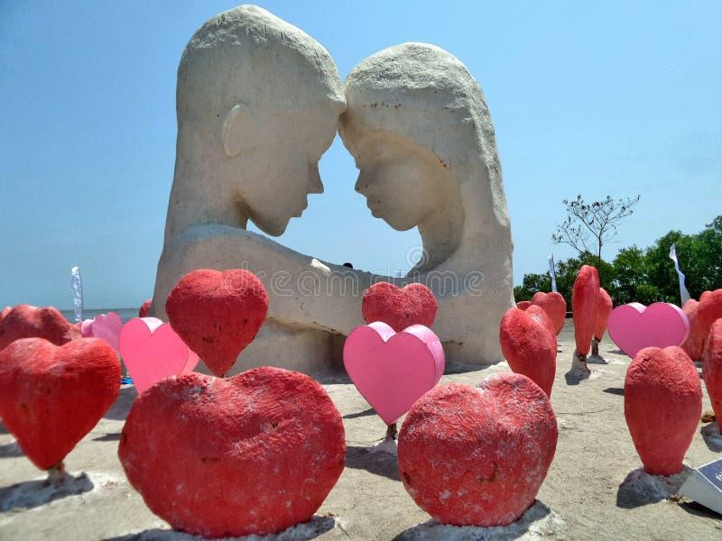 Minnaar in greep en rood liefde Zout beeldhouwwerk royalty-vrije stock afbeeldingen