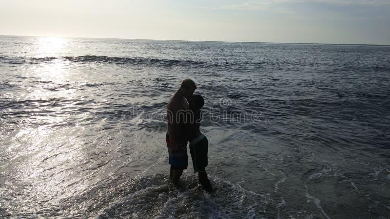 Minnaars bij het strand stock fotografie