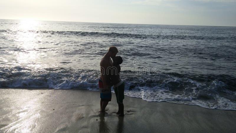 Minnaars bij het strand stock foto's