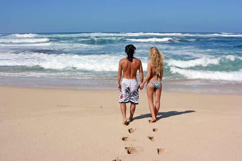 Minnaars bij strand stock afbeeldingen