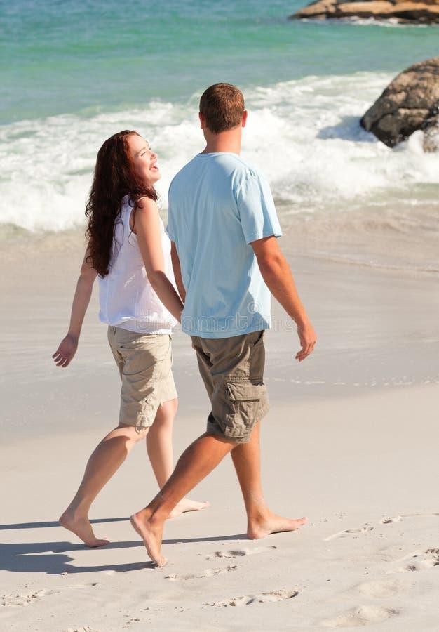 Minnaars die op het strand lopen stock afbeelding