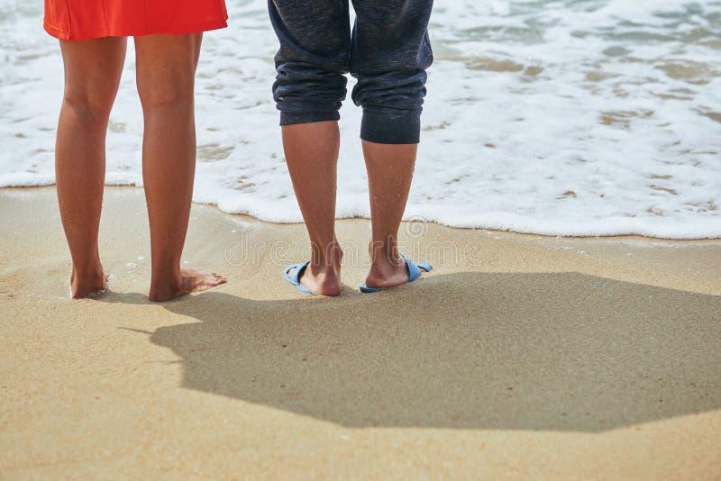 Minnaars die op het strand lopen royalty-vrije stock afbeelding