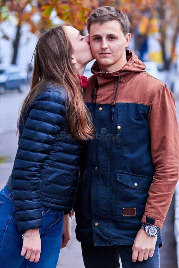 minnaars Een houdend van paar loopt rond de stad De Handen van een het Houden van Paarholding Paaromhelzing en kus Romantische ga stock foto