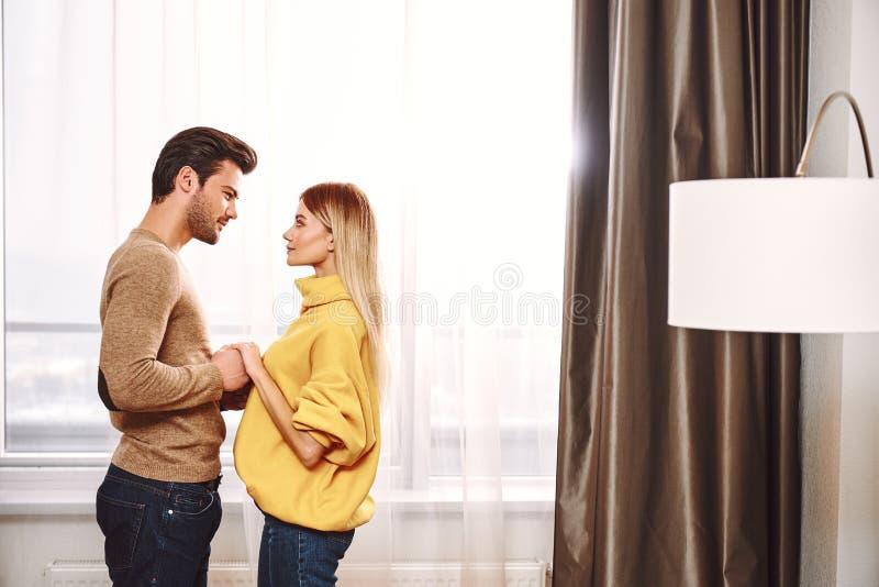 Minnaars in hotel De paarholding dient huurflat in stock afbeeldingen