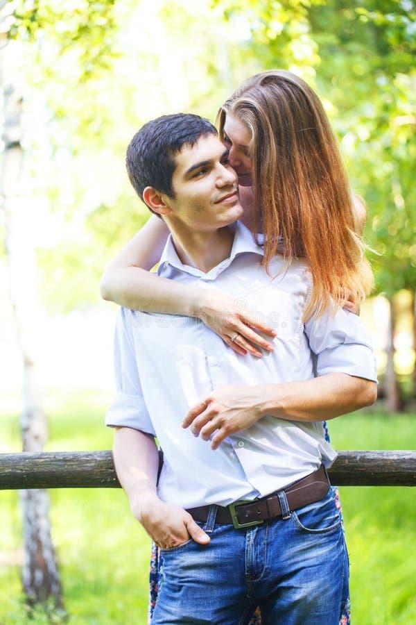 Minnaars jonge man en vrouw stock foto's