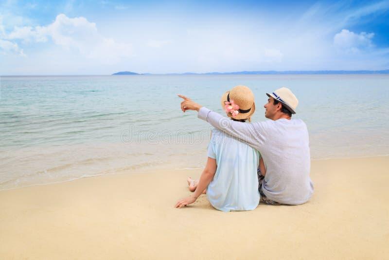 Minnaars op het strand stock fotografie