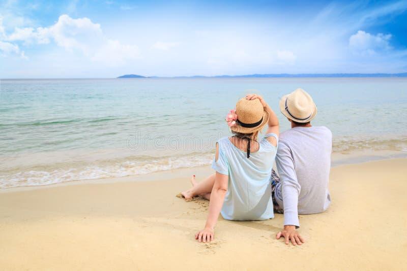 Minnaars op het strand royalty-vrije stock foto's