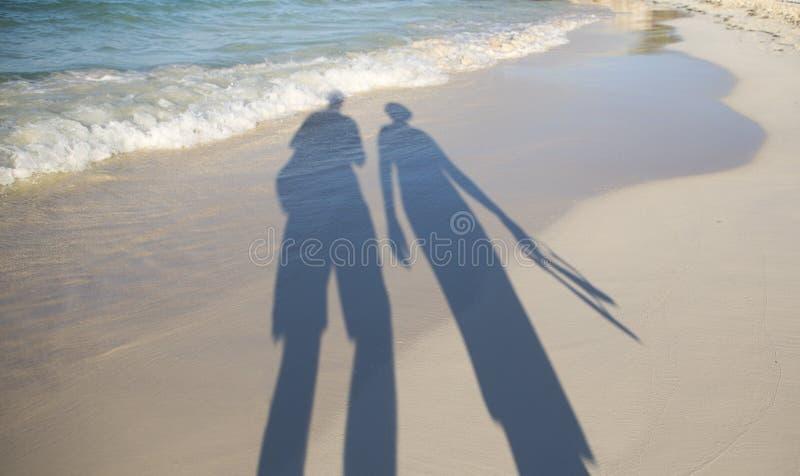 Minnaars op strand het lopen royalty-vrije stock foto's