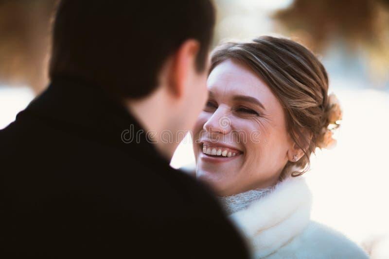Minnaarsbruid en bruidegom op hun de winterhuwelijk stock fotografie