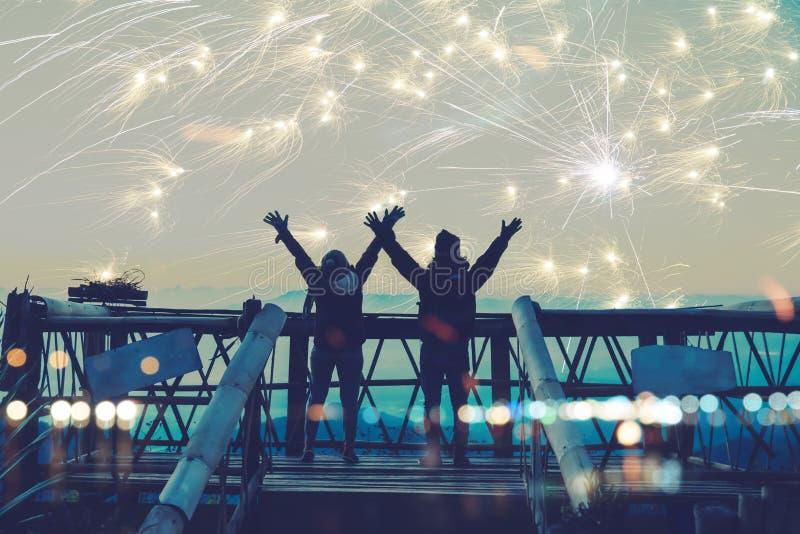 Minnaarvrouwen en mannen Aziaten De tribune en heft handen op let op het vuurwerk Gelukkig op de dag van de dag van het vierings  royalty-vrije stock foto's