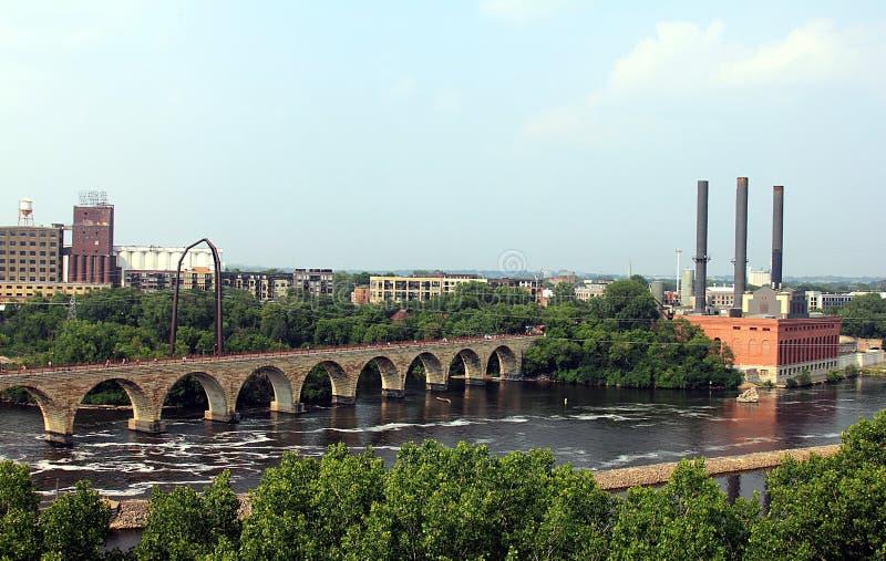 minneapolis Минесота Река Миссисипи и каменные мосты свода стоковые изображения