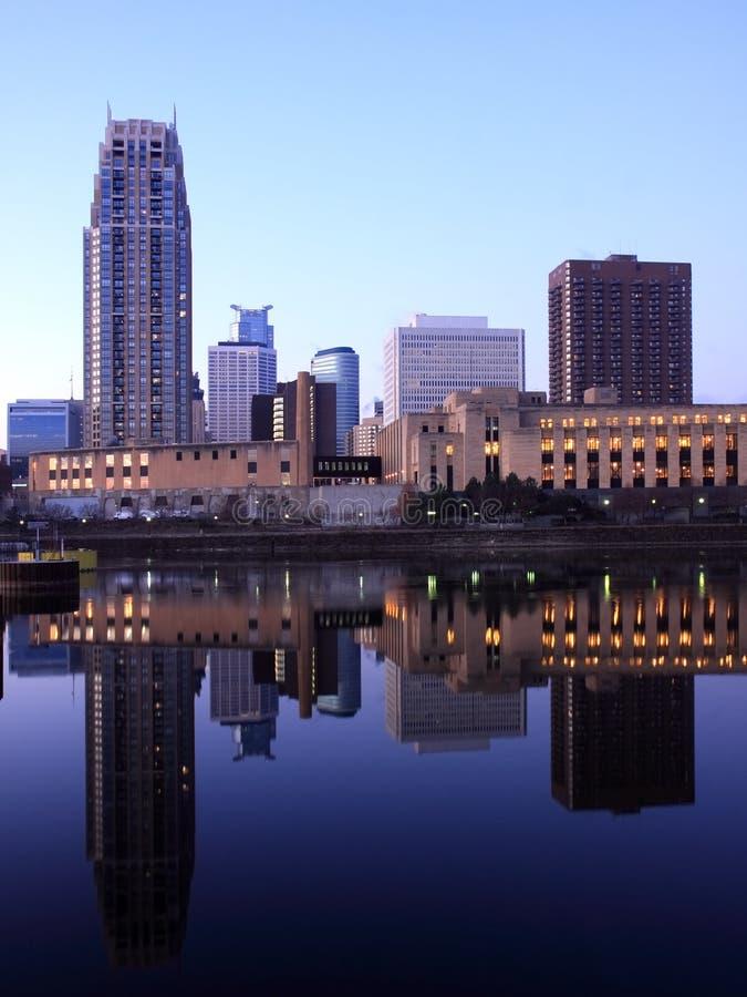 Minneapolis bij zonsopgang stock foto's