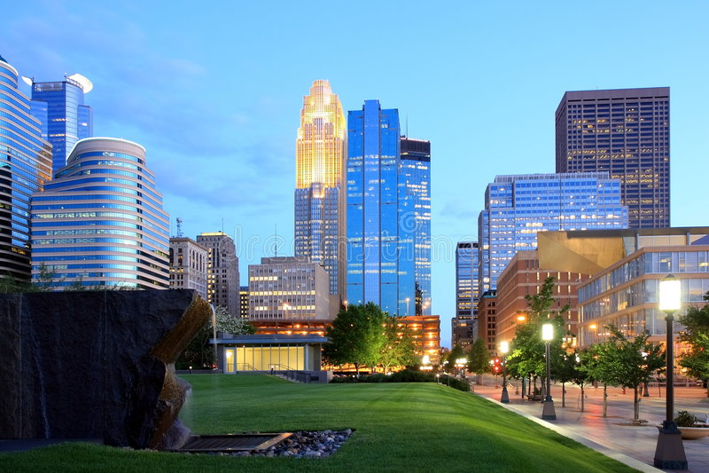 Minneapolis del centro alla notte fotografia stock