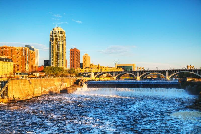 Minneapolis du centre, le Minnesota à la nuit et St Anthony image libre de droits
